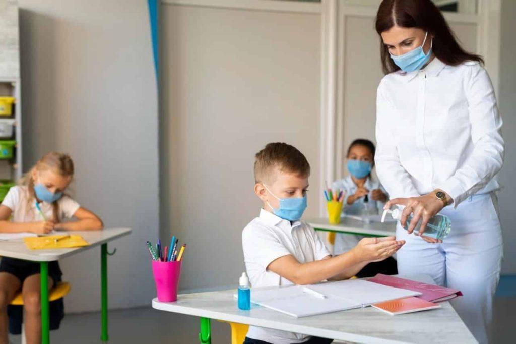 Importancia usar generadores de ozono aulas clases regreso seguro